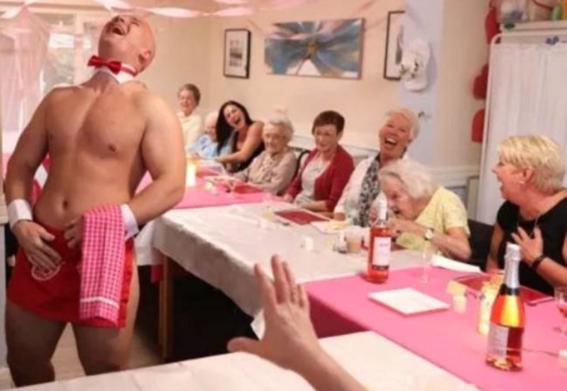 abuelita festeja con strippers en un asilo 7