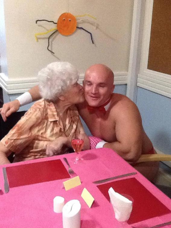 abuelita festeja con strippers en un asilo 3
