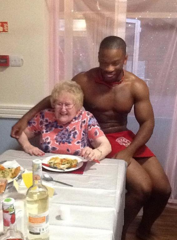 abuelita festeja con strippers en un asilo 6