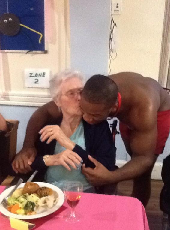 abuelita festeja con strippers en un asilo 1