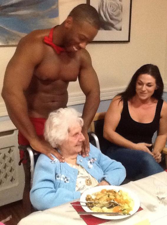 abuelita festeja con strippers en un asilo 5