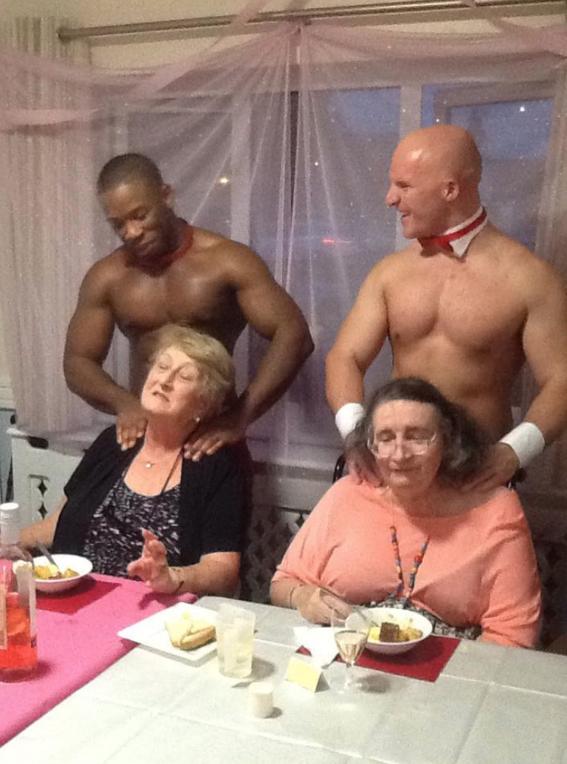 abuelita festeja con strippers en un asilo 8