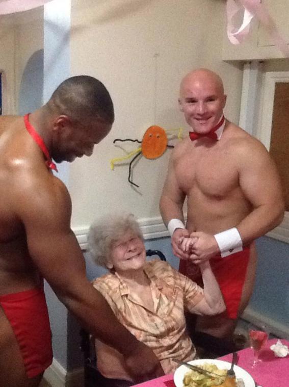 abuelita festeja con strippers en un asilo 9