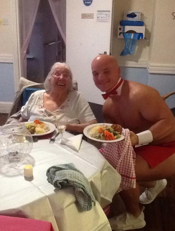 abuelita festeja con strippers en un asilo 10