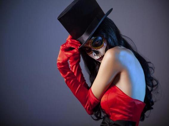 que lleva el disfraz de la catrina sombrero maquillaje y vestido 1