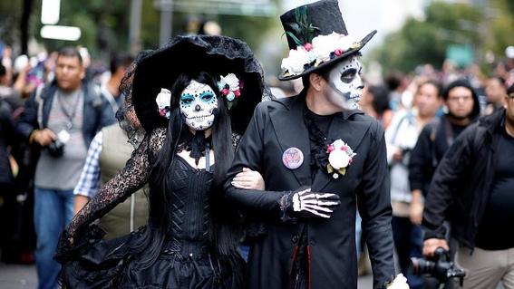 que lleva el disfraz de la catrina sombrero maquillaje y vestido 2