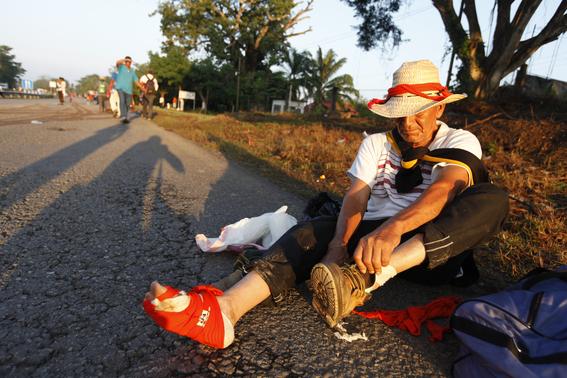 caravana migrante es rociada con insecticida 2
