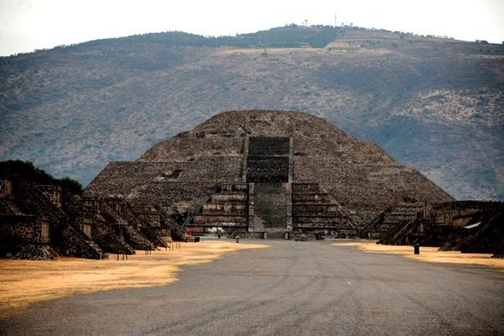 descubren un tunel debajo de la piramide de la luna 1