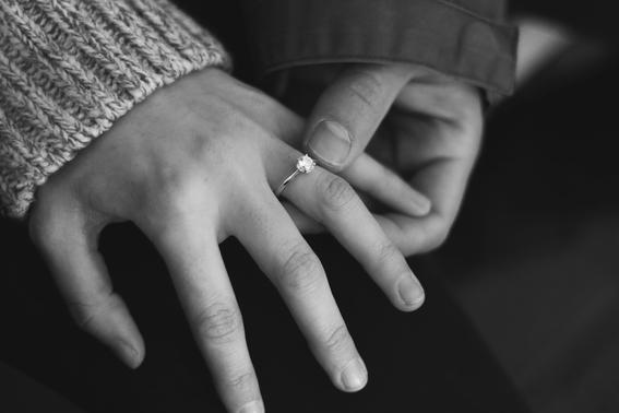 en que mano va el anillo de compromiso 1