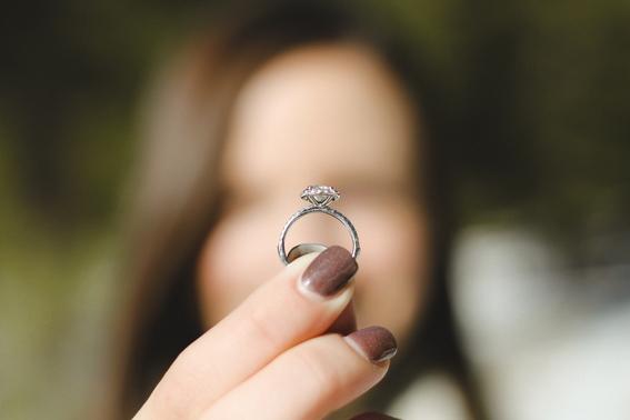 en que mano va el anillo de compromiso 3
