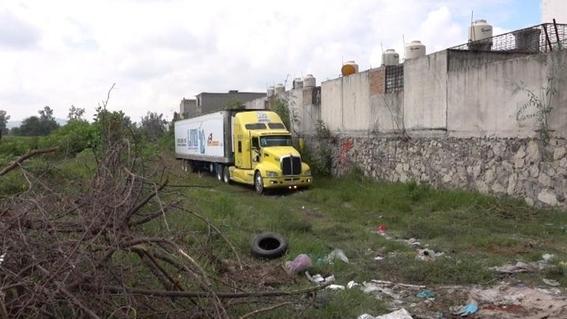 destruyen trailer que resguardaba cuerpos en jalisco 1