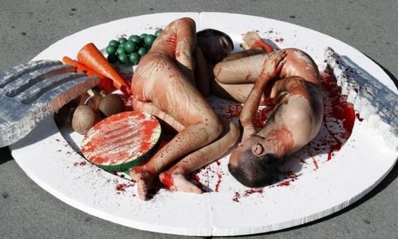 veganos ensangrentados se desnudan en protesta contra matanza animal 1