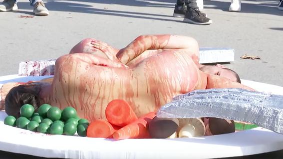 veganos ensangrentados se desnudan en protesta contra matanza animal 2
