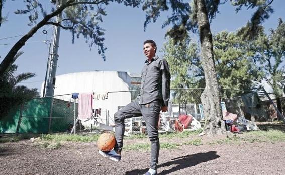 joven de la caravana migrante quiere ser futbolista del atlas 2