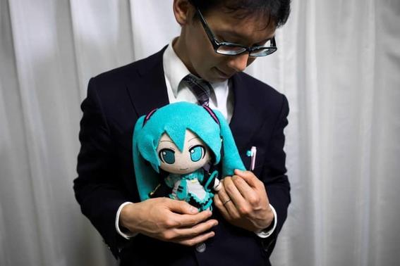 hombre japones se caso con un holograma 3