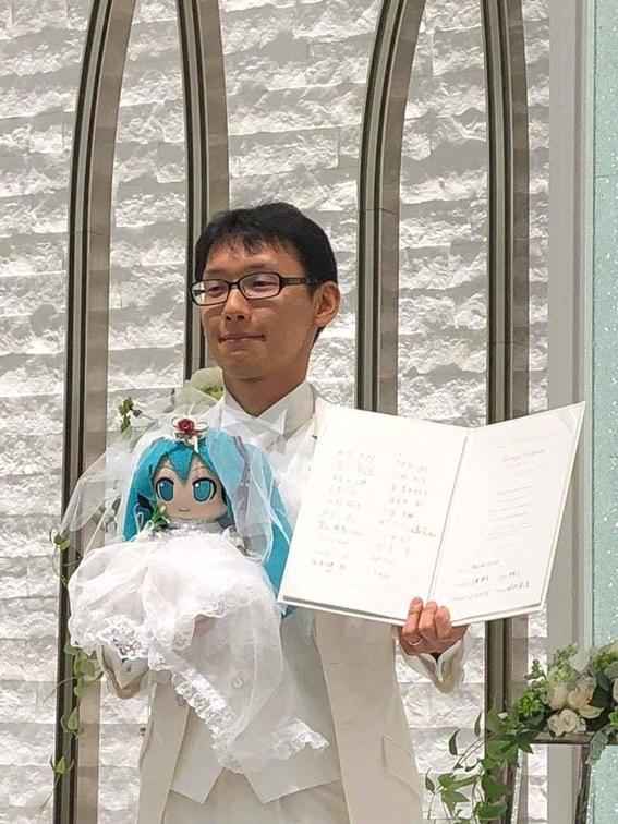 hombre japones se caso con un holograma 2