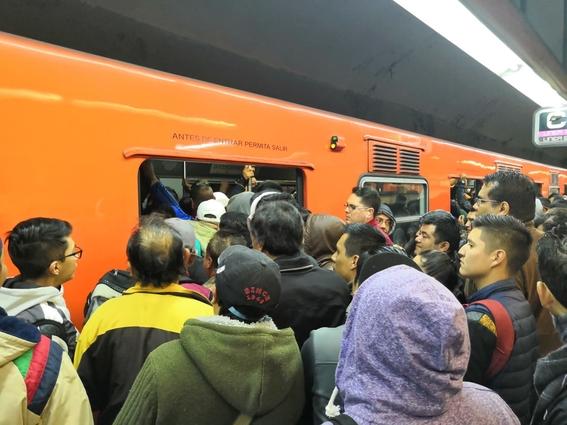 lluvias en cdmx provocan trafico y caos en metro 2
