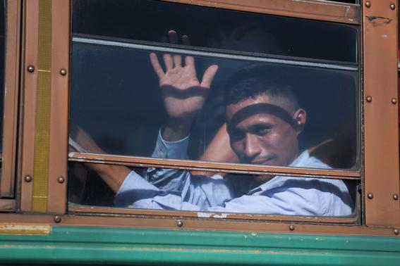 al menos 150 salvadorenos salen en nueva caravana rumbo a eeuu 1