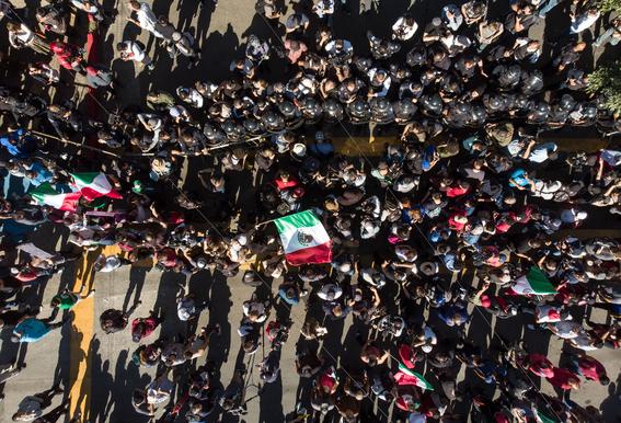 enfrentamiento entre policias y manifestantes en tijuana 1