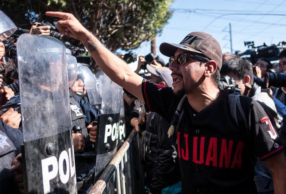 enfrentamiento entre policias y manifestantes en tijuana 2