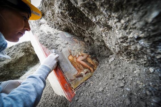 encuentran pintura con personajes mitologicos en ruinas de pompeya 1