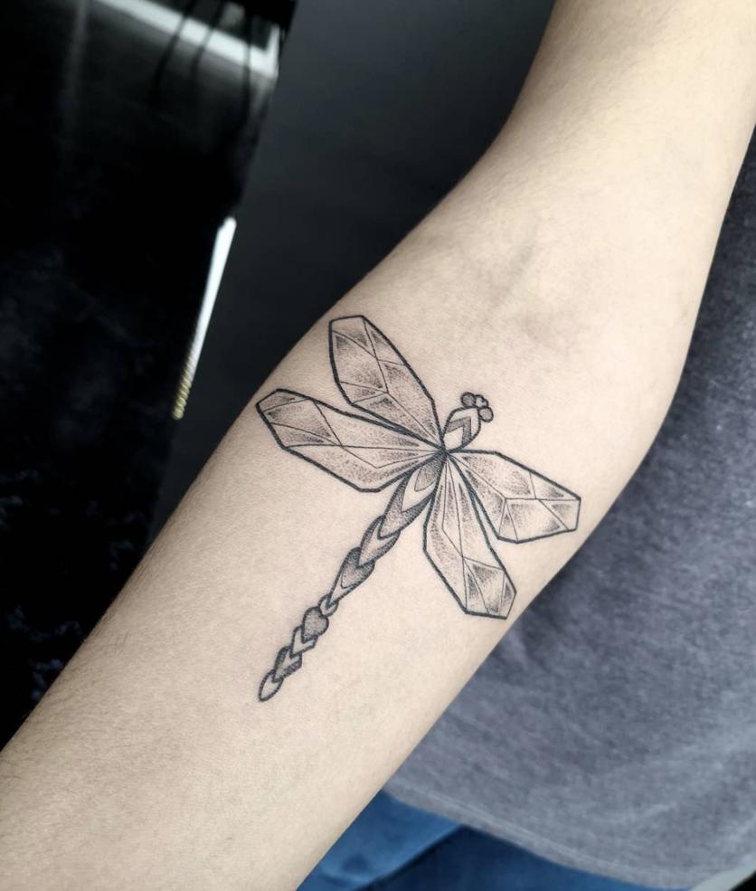Ideas de tatuajes puntillistas y de líneas si quieres un diseño en blanco y negro 6