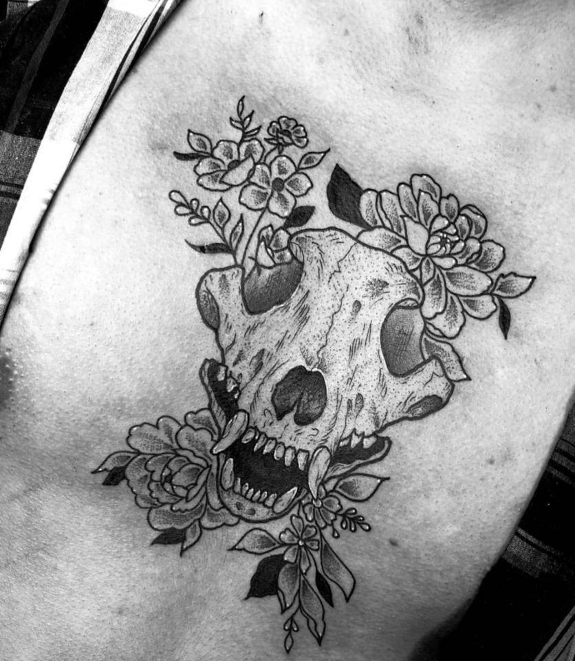 Ideas de tatuajes puntillistas y de líneas si quieres un diseño en blanco y negro 4