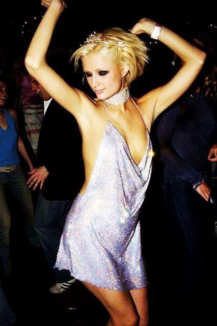 Lecciones de estilo de Paris Hilton para verte increíble hasta en los peores momentos 3