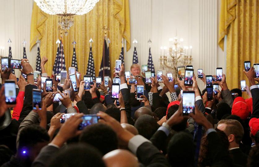 34 fotografías que revelan nuestra enferma obsesión con los smartphones 33