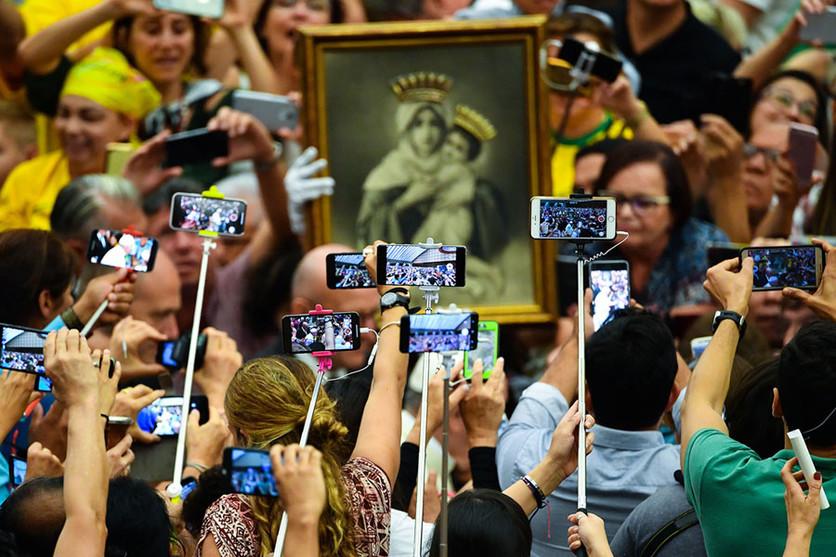 34 fotografías que revelan nuestra enferma obsesión con los smartphones 20