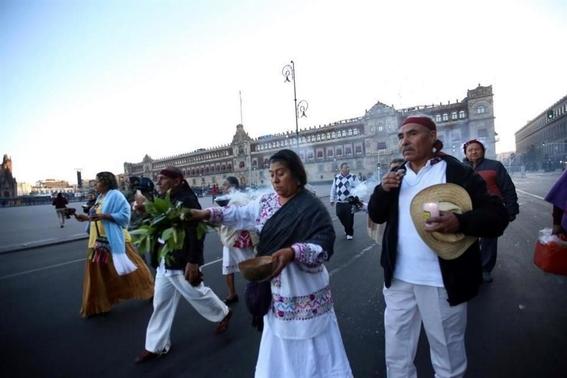 pueblos originarios hacen limpia en zocalo protesta amlo 1