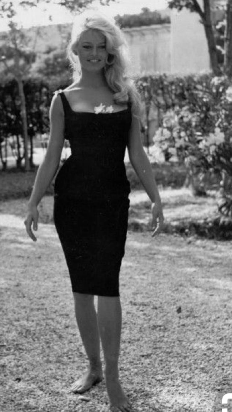 De Chanel a Lily-Rose Depp: Así ha evolucionado el Little Black Dress 5