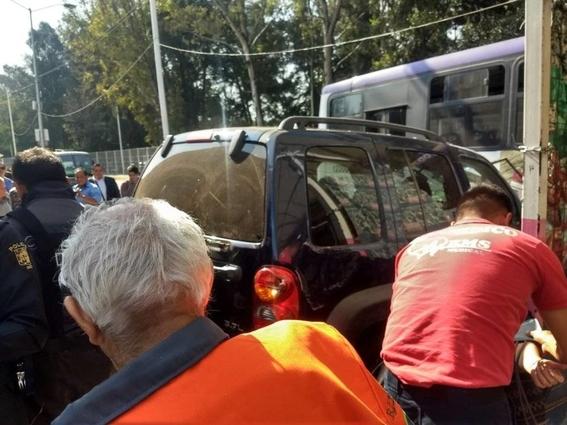 camioneta choca en entrada de metro potrero 2