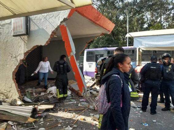 camioneta choca en entrada de metro potrero 1