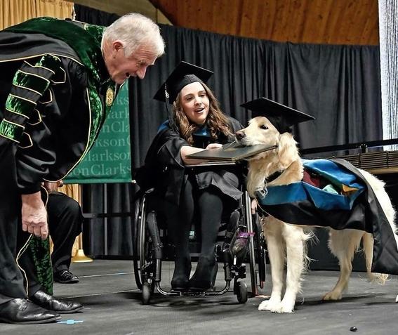 griffin perro que recibio diploma tras apoyar a su duena 1