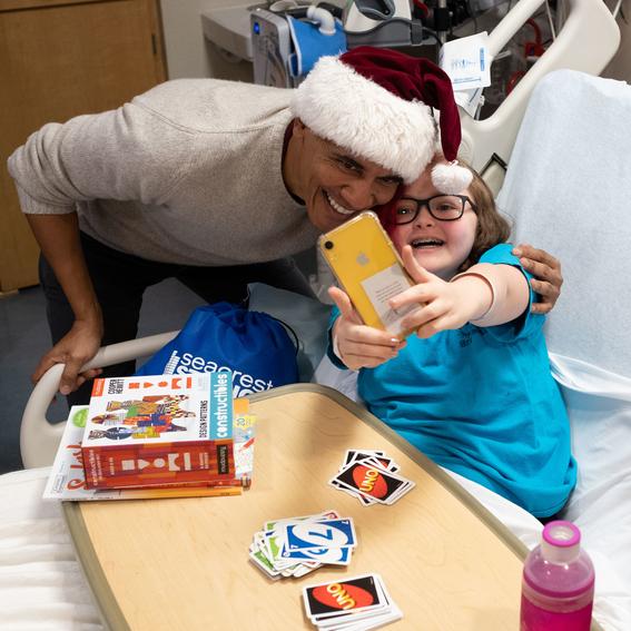 barack obama obsequia regalos navidenos a ninos en hospital 1