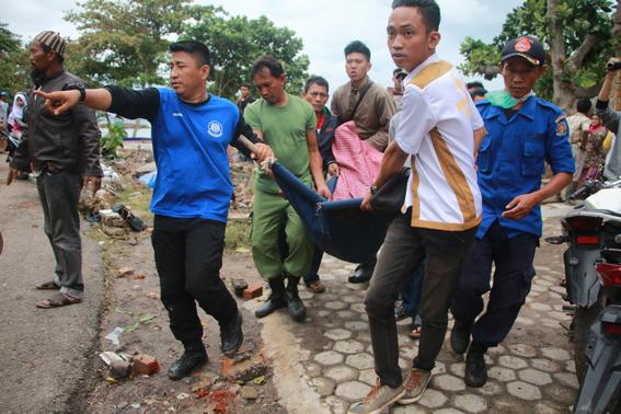 video del tsunami de indonesia que irrumpe concierto de seventeen 2