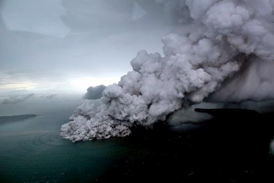 indonesia busca sobrevivientes del tsunami que dejo 373 muertos 1