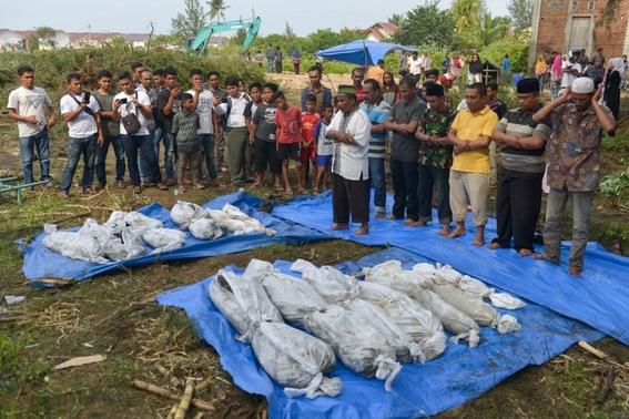 indonesia busca sobrevivientes del tsunami que dejo 373 muertos 2