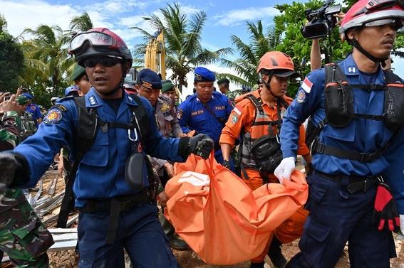 indonesia busca sobrevivientes del tsunami que dejo 373 muertos 3