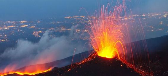video del volcan etna en erupcion que causo un terremoto 1