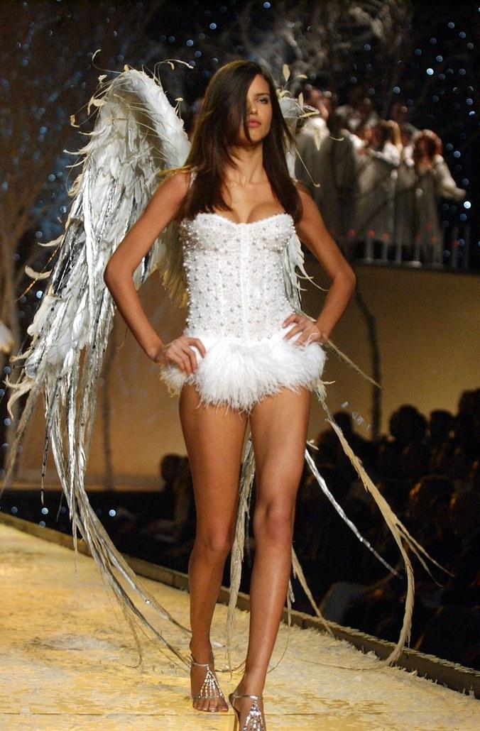 La evolución de Adriana Lima en 18 fotografías del Victoria's Secret Fashion Show 3