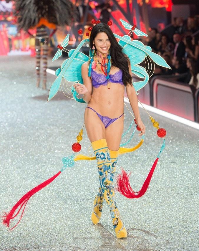 La evolución de Adriana Lima en 18 fotografías del Victoria's Secret Fashion Show 16