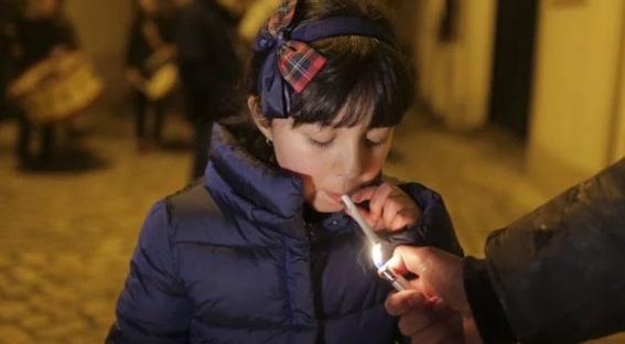 dejan fumar a los ninos en noche de reyes en portugal 1