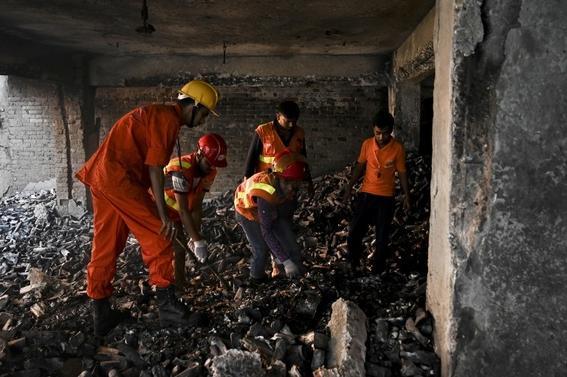 al menos 70 muertos deja un incendio de edificios en bangladesh 4