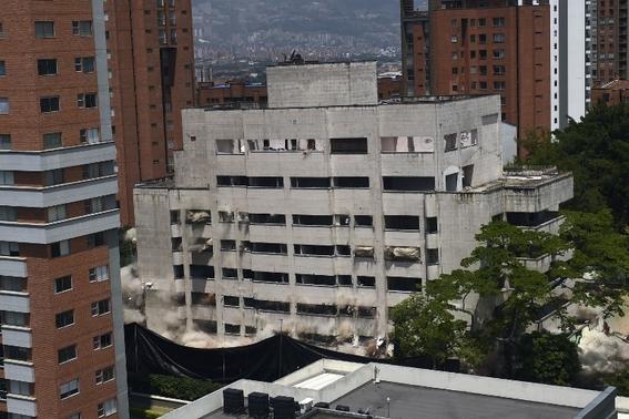 video derrumban el famoso fortin de pablo escobar en colombia 1
