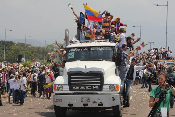 queman dos camiones con ayuda humanitaria en venezuela 1
