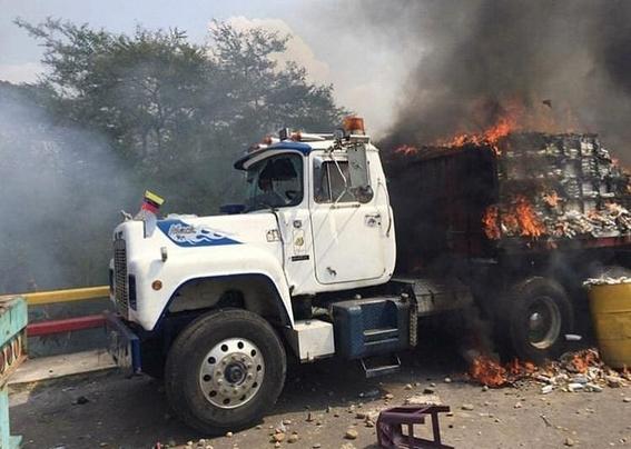 queman dos camiones con ayuda humanitaria en venezuela 2