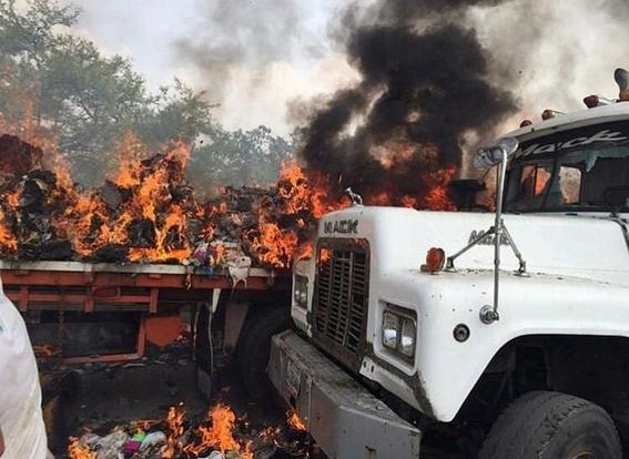 queman dos camiones con ayuda humanitaria en venezuela 3