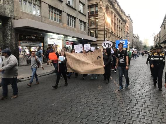 estudiantes y maestros se manifiestan contra la huelga en le uam 1